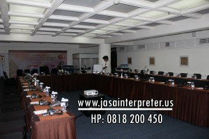 Tim Teknisi Pasang Alat Interpreter Wireless / Mic Delegate